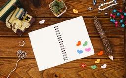 Accessoires vides du ` s de carnet et de femme avec des coeurs avec le crayon o Photo stock