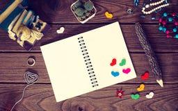 Accessoires vides du ` s de carnet et de femme avec des coeurs avec le crayon o Photographie stock