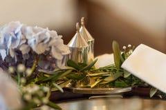 Accessoirs inställning för bröllopceremoni i kyrka royaltyfria bilder