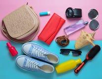 Accessori alla moda Girly di estate e della primavera: scarpe da tennis, cosmetici, bellezza e prodotti di igiene immagini stock libere da diritti