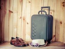Accessori, bagagli, scarpe e cappello di viaggio per il viaggio Fotografie Stock Libere da Diritti