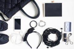 Accessori, cosmetici, borsa a tracolla, blocco note e smartph della donna Immagine Stock Libera da Diritti