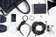 Accessori, cosmetici, borsa a tracolla, blocco note e smartph della donna Fotografie Stock Libere da Diritti