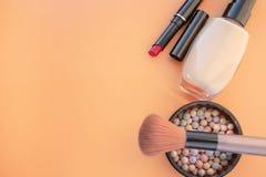 Accessori cosmetici Spazzoli, arrossisca, rossetto, la crema su un giallo, fondo crema Con spazio vuoto a sinistra fotografia stock libera da diritti