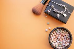 Accessori cosmetici Spazzoli, arrossisca su un fondo giallo Con spazio vuoto a sinistra fotografia stock