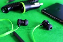 Accessori d'ascolto di musica su verde Fotografia Stock Libera da Diritti