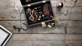 Accessori dei gioielli in scatola e tavola, Immagine Stock Libera da Diritti