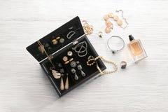 Accessori dei gioielli in scatola e tavola Immagine Stock Libera da Diritti