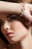 Accessori dei monili. Modello con il braccialetto del diamante Fotografie Stock Libere da Diritti