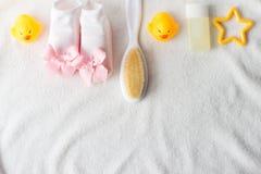 Accessori del bambino per il bagno sull'asciugamano, disposizione piana fotografia stock libera da diritti