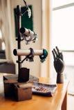 Accessori del cucito, braccialetti e mano di legno Fotografia Stock Libera da Diritti