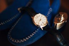 Accessori del ` s degli uomini: Farfalla del ` s degli uomini, scarpe, orologi Fotografie Stock Libere da Diritti