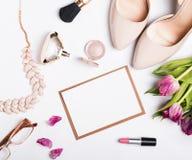 Accessori del ` s della donna di colore beige, dei tulipani rosa e della carta in bianco Fotografie Stock Libere da Diritti