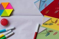 Accessori dell'ufficio e della scuola su fondo bianco Fotografia Stock Libera da Diritti