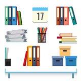Accessori della cancelleria sull'illustrazione di vettore della tavola Dispositivi di piegatura con i documenti Fotografie Stock