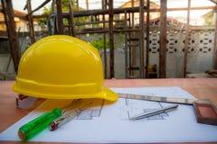 accessori della costruzione e di ingegneria, casco di sicurezza, cacciavite, tester delle condutture dei cacciaviti Fotografia Stock Libera da Diritti