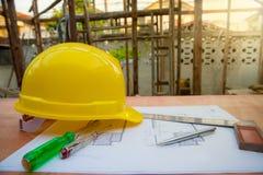 accessori della costruzione e di ingegneria, casco di sicurezza, cacciavite, tester delle condutture dei cacciaviti, piano della  Fotografie Stock