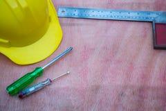 accessori della costruzione e di ingegneria, casco di sicurezza, cacciavite, tester delle condutture dei cacciaviti, piano della  Immagini Stock Libere da Diritti