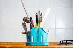 Accessori della cucina, bollitore, fondo della cucina immagine stock