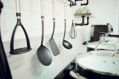 Accessori della cucina, piatti Interiore moderno della cucina fotografie stock