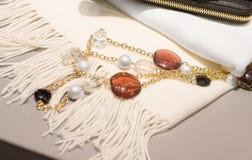 Accessori della donna su una sciarpa bianca immagine stock