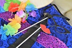 Accessori della festa in costume su materiale blu Fotografie Stock Libere da Diritti