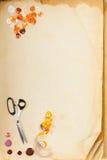 Accessori della pagina e del sarto del vecchio libro Immagini Stock