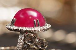 Accessori della pietra di gemme di valore alto, oro, diamante, rubino, anelli immagine stock libera da diritti