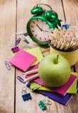 Accessori della scuola di commercio, rifornimenti, matite sulla tavola di legno rustica Fotografie Stock