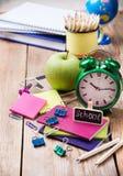 Accessori della scuola di commercio, rifornimenti, matite sulla tavola di legno rustica Immagine Stock Libera da Diritti