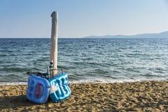 Accessori della spiaggia sulla spiaggia Fotografia Stock Libera da Diritti