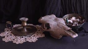Accessori della strega sulla tavola stock footage