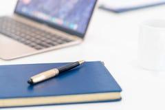 Accessori della tavola di affari sullo scrittorio di funzionamento del computer fotografie stock libere da diritti
