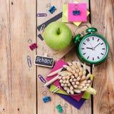 Accessori di affari, rifornimenti, tazza con le matite sulla tavola di legno rustica Fotografie Stock