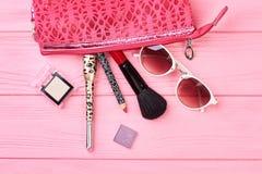 Accessori di bellezza della borsa e di modo dei cosmetici Fotografie Stock Libere da Diritti
