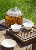 Accessori di cerimonia di tè del cinese tradizionale, foglie di tè nel punto di ebollizione Immagine Stock Libera da Diritti