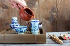 Accessori di cerimonia di tè del cinese tradizionale sulla tabella di tè Immagine Stock