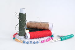 Accessori di cucito con i perni, l'ago ed il filo Fotografia Stock