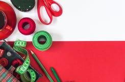 Accessori di cucito nei colori rossi e verdi fotografia stock