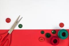 Accessori di cucito nei colori rossi e verdi Immagini Stock