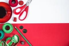 Accessori di cucito nei colori rossi e verdi Immagine Stock