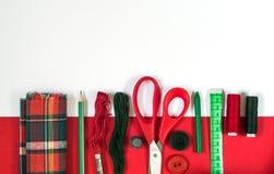 Accessori di cucito nei colori rossi e verdi Fotografia Stock Libera da Diritti