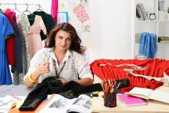 Accessori di cucito sorridenti dello stilista femminile al retro styl fotografia stock