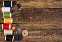 Accessori di cucito su fondo di legno Fotografia Stock Libera da Diritti