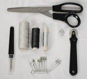 Accessori di cucito su tessuto bianco - immagine fotografia stock libera da diritti