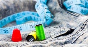 Accessori di cucito sui jeans del denim Immagine Stock Libera da Diritti