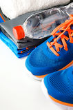 Accessori di forma fisica con le scarpe da corsa fotografie stock libere da diritti