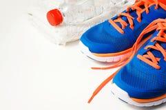 Accessori di forma fisica con le scarpe di sport immagine stock
