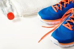 Accessori di forma fisica con le scarpe di sport immagine stock libera da diritti