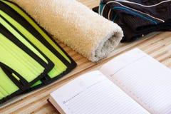 Accessori di forma fisica della raccolta, teste di legno, scarpe da corsa, preparantesi Immagini Stock